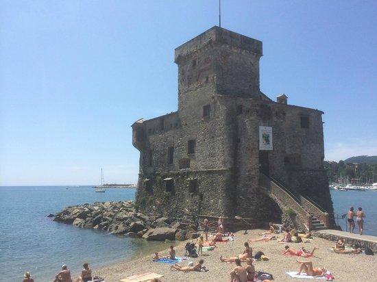 Hotel Astoria: kleine Burg am Meer, unweit des Hotels