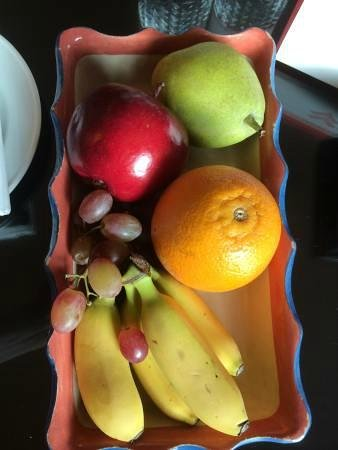 Swissotel Merchant Court: Fruit platter and chocolates to welcome us