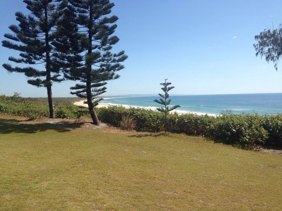 Rainbow Beach Holiday Village: Beach close to the park