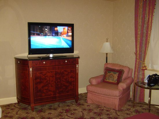 Waldorf Astoria New York: 42 inch TV with fully stocked minibar beneath