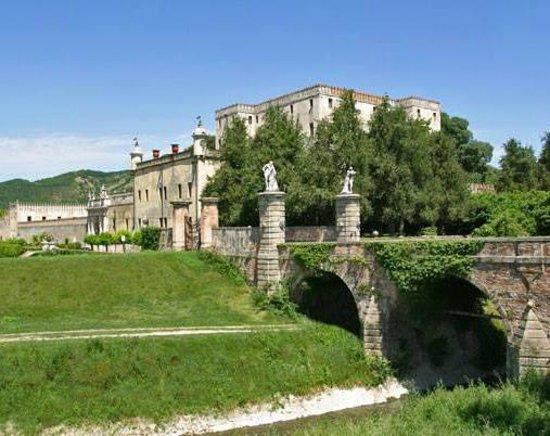 Battaglia Terme, Italia: Il Castello del Catajo dall'argine del Canale Battaglia