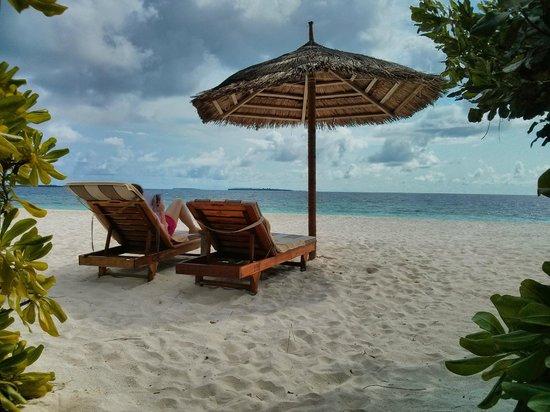 Reethi Beach Resort: Strandliegen und Sonnenschirm