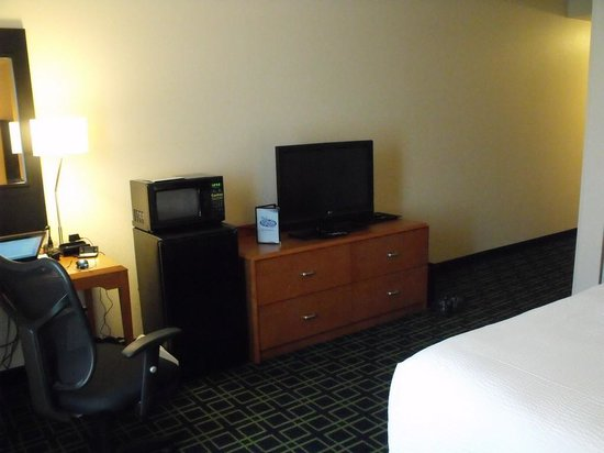 Fairfield Inn & Suites by Marriott Orlando at SeaWorld: Refrig-Large LCD TV
