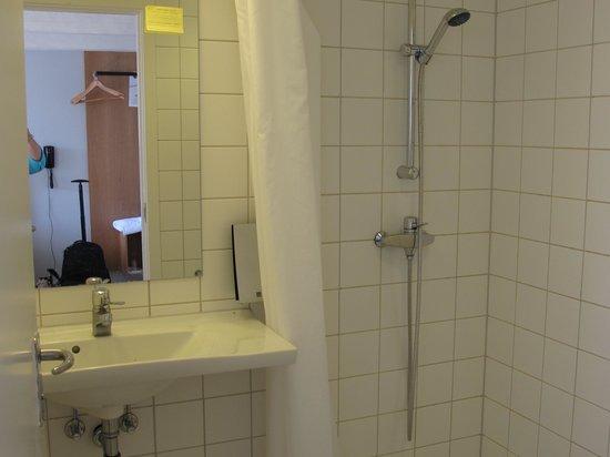Ibsens Hotel: salle de douche