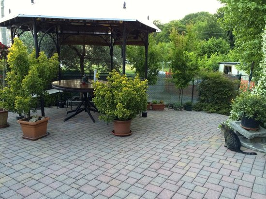 I Castagni B&B: outside sitting areas