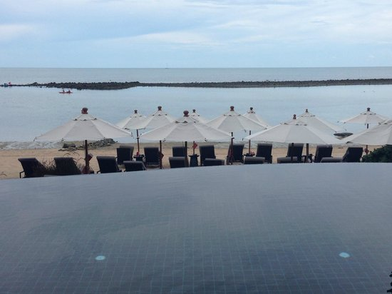 Anantara Lawana Koh Samui Resort: Infinity Pool leading to the beach