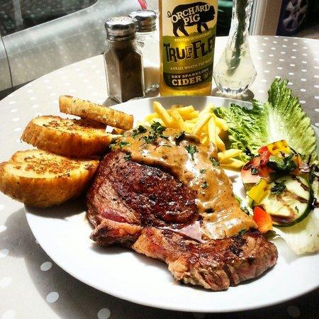The Secret Garden Cafe: 30 day matured welsh black rump steak with garlic bread and a homemade peppercorn sauce fries an