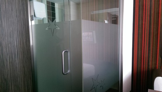 WestCord City Centre Hotel Amsterdam: Glass door/wall bathroom