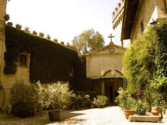 Tuscany Bike Tours: Courtyard beauty