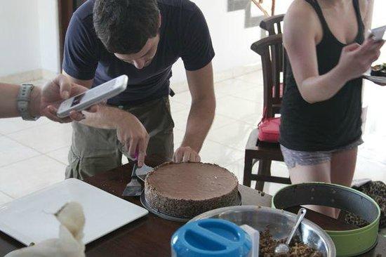 Raw Food Bali Culinary Classes: Johnny cutting the raw chocolate cake