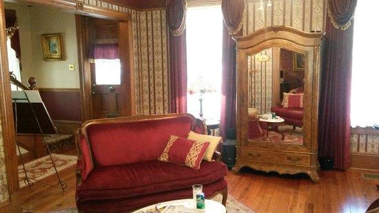 The Cedar House Inn : Fabulous Parlor/Setting Room