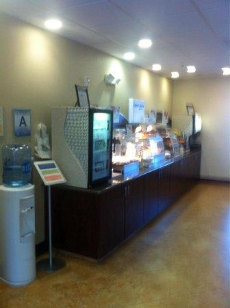 Holiday Inn Express & Suites Twentynine Palms- Joshua Tree: Clean and well stocked breakfast area