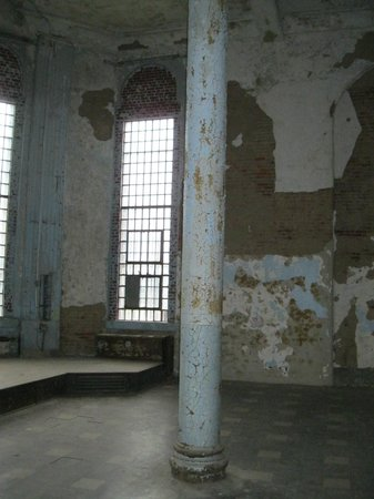 Ohio State Reformatory: Gathering room.  Cafeteria?  Very tall ceiling.  Huge room.