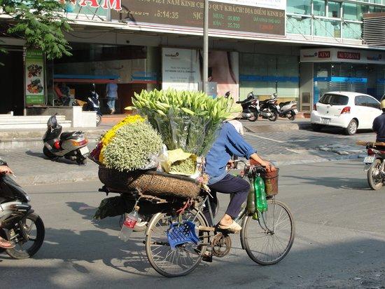 A25 Hotel: Street flower seller