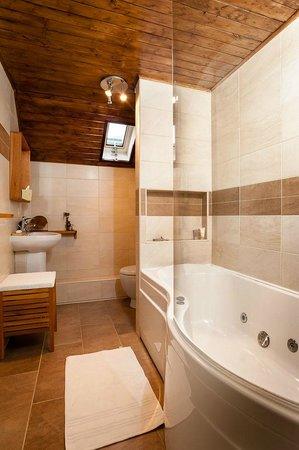 Lochleven B&B Killin: The en suite bathroom with jacuzzi bath.