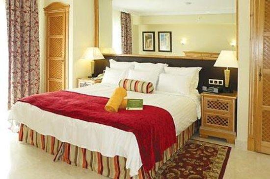 Marriott's Marbella Beach Resort: Airy master bedroom.