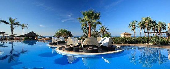 Marriott's Marbella Beach Resort: Outdoor lounge area at the main pool.