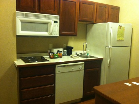 GrandStay Residential Suites Hotel Eau Claire: Kitchen has dishes you can use!