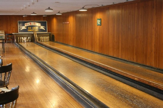 Newagen Seaside Inn: An old-time candlepin bowling alley is available