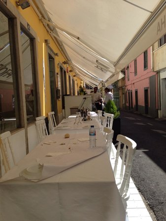 Restaurante a Sardinha : Street side dining area