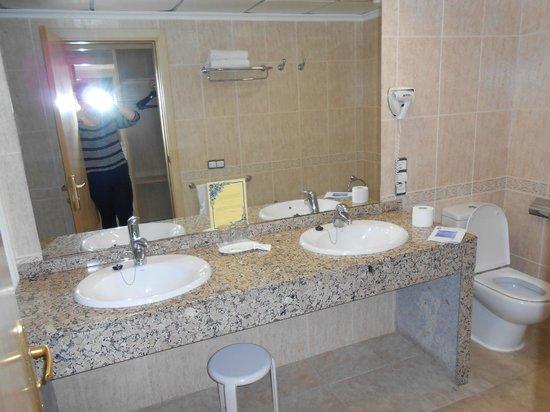 Hotel Flamingo Oasis: Huge bathroom