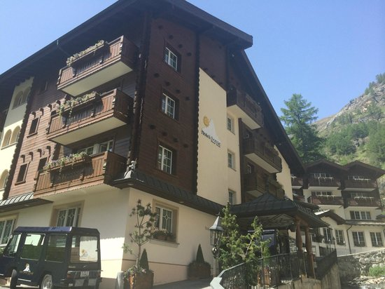 Hotel Sonne Zermatt : Side view of hotel and entry