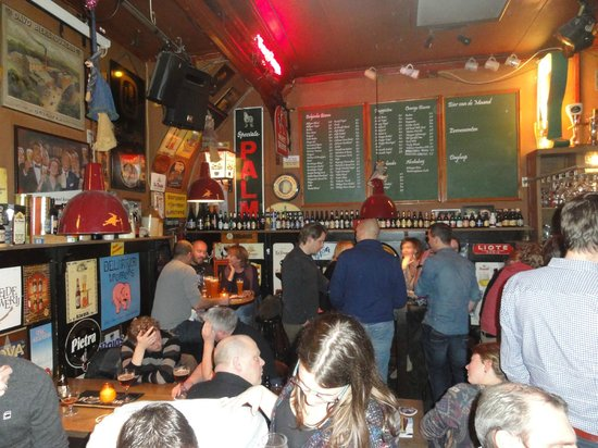Bierencafe De Heks: The bar with the list of bottled beers available behind
