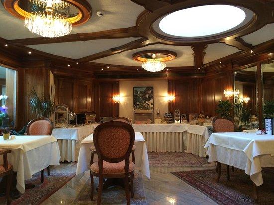 Hotel Sonne Zermatt : Dining room with breakfast buffet