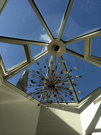 Hotel Sonne Zermatt: Skylight above TV / relaxation / dining areas