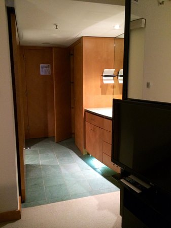 Hyatt Regency Mainz: Entrance into standard room, bathroom on the left