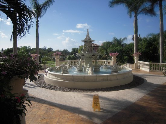 Sandals Grande Antigua Resort & Spa : Fountain on the Mediterranean side