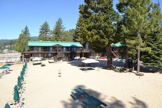 Mourelatos Lakeshore Resort : View of west wing rooms and activity area between wings