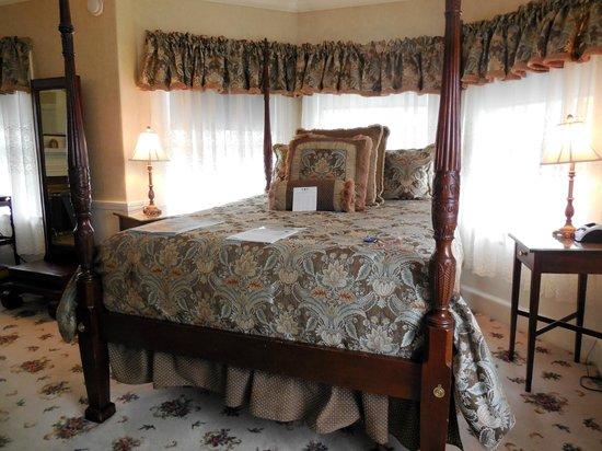 Kennebunkport Inn: Four-Poster Bed