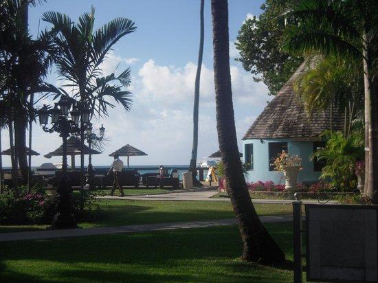 Sandals Grande Antigua Resort & Spa: Smaller resort shop on the Caribbean side