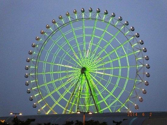 Kansai Airport Washington Hotel : Ferris Wheel in the day opposite Premium Outlets