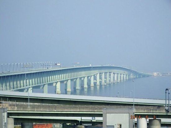 Kansai Airport Washington Hotel: View of bridge to Kansai Airport from room
