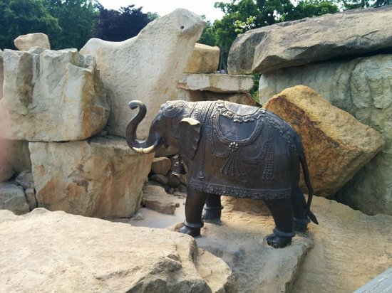 Prager Zoo: A lot of animal statues all over the zoo
