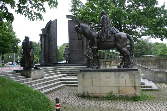 Sculptures monument gottingen sieben hannover traveller for Ibis hotel gottingen