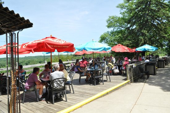 Starved Rock Lodge & Conference Center: Outdoor Dining on the Veranda at Starved Rock Lodge