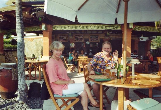 """Kuta Beach - Bali: Här tar vi varsin """"stänkare"""" innan middagen."""