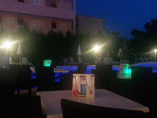 Hotel JS Alcudi-Mar: Abends an der poolbar