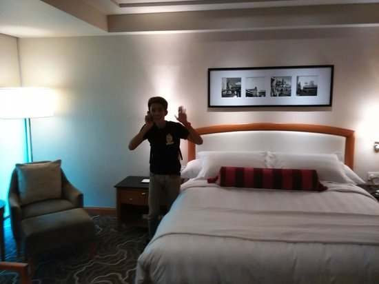 Pan Pacific Manila : King size bed in Executive room