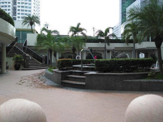 Pan Pacific Manila: Pool has a jacuzzi