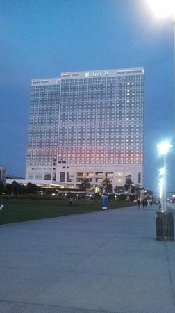 Hilton San Diego Bayfront: View of the hotel from the boardwalk
