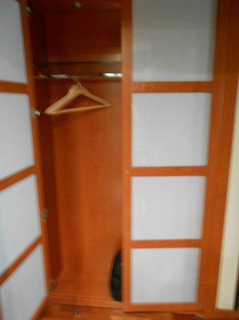 Hotel H2 Jerez: Armario ropero