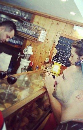 Bacareto Da Lele: Love the little 60 cent glasses of vino...