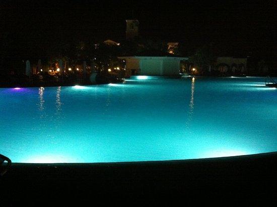 Avanti Holiday Village: Pool at night