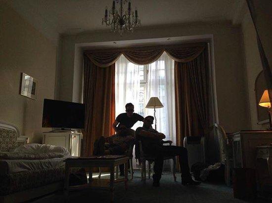 Hotel Ambassador - Zlata husa: Chambre - le salon ^^