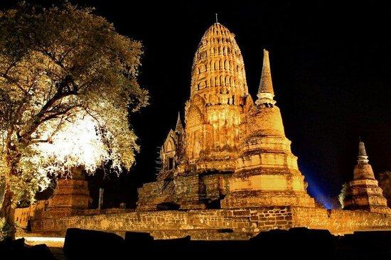 Temple of the Royal Restoration (Wat Ratchaburana) : Wat ratchaburana @ night