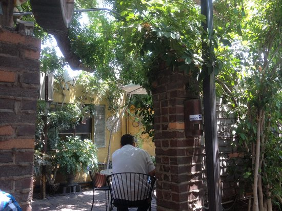 Backstreet Restaurant: Nice lush eating area with musters for summer